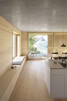 Auf einer sehr schmal konfektionierten Bauparzelle versucht das Haus aus den Hemmnissen und der Unvorteilhaftigkeit einer Realteilung seine Bauidee zu formul...