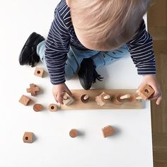 pic from @janandaround ☺️ #woodenstory #natural #woodenstacker #woodentoy #baby #ecobaby #fsccertified #handcrafted #ecocertified #stackingtoy covered with #beeswax and #botanicaloils