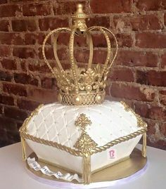 Crown on pillow cake Royal Cakes, Pretty Cakes, Beautiful Cakes, Amazing Cakes, Unique Cakes, Creative Cakes, 16 Birthday Cake, Birthday Parties, Birthday Cookies
