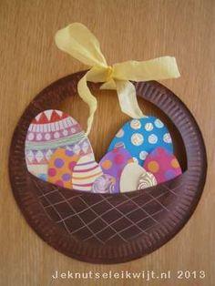 Bij pasen horen natuurlijk eitjes in een paasmandje. Een leuk paasknutsel, een paasmandje met eitjes. Dit paaskunstwerkje kun je ophangen, maar als je twee van deze paasmandjes knutselt en ze aan elkaar niet, kun je er echte chocolade paaseitjes indoen.  Kijk goed naar het paasmandje op de foto en knip of prik het bovenste gedeeltje van het wegwerp bordje eruit. Schilder het wegwerpbordje bruin en maak er met een sateprikker het patroon van een mandje in. Laat het paasmandje goed drogen…