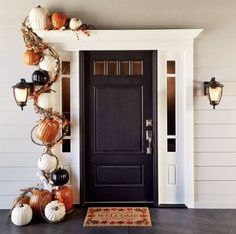 Wow your guests with a pumpkin garland! Outdoor Fall and Halloween porch decoration Halloween Veranda, Halloween Porch, Halloween Garland, Easy Halloween, Modern Halloween Decor, Modern Fall Decor, Outdoor Halloween, Halloween Pumpkins, Pumpkin Decorating