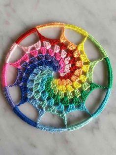 We love this rainbow dreamcatcher crochet! Rainbow Crochet, Crochet Circles, Crochet Granny, Crochet Motif, Crochet Doilies, Crochet Flowers, Crochet Stitches, Knit Crochet, Spiral Crochet