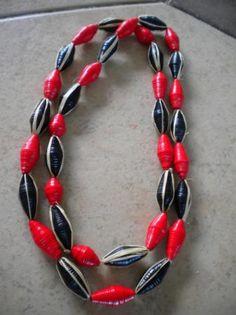 collar papel tonos rojo y negro collar y aros cartulina de color,acero quirurgico,rafia papel  de color y rafia