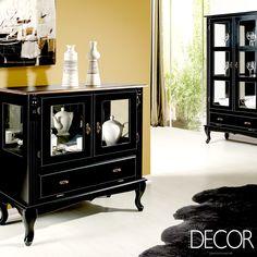As belíssimas cristaleiras em vidro e em tonalidade escura concedem ao espaço toque clássico e elegante
