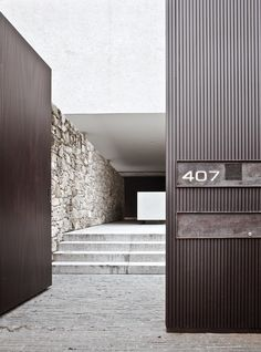Great entrance and contrasts of materials. Marcio Kogan, House 6, in São Paulo, Brazil.