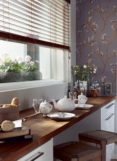 Keittiön ikkunaseinällä on pitkä, puinen taso, jonka alapuolella laatikostoissa säilytetään astioita ja ruoka-aineita. Aamiais- tai välipalakattauksen voi tehdä keittiön ikkunan eteen. Puiset jakkarat ovat puuseppäpojan, Henrin tekemät.