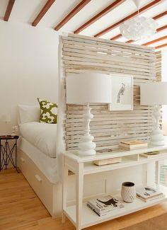 kleines schlafzimmer inspiration mit sichtschutzwand aus holzbrettern und weißes bett ikea mit schubladen