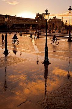 Photo 323 de mon projet 365 : fin d'après-midi, après l'orage ... les piétons et les cyclistes réapparaissent ! ... Si vous aimez cette photo, partagez-la et Likez ma Page ! // Late afternoon, after the storm ... pedestrians and cyclists reappear ! ... If you like this picture, share it and Like my Page ! © S.Loyauté-Peduzzi - shop.sloyaute-peduzzi.com - www.sloyaute-peduzzi.com - #Photography #Paris #photos #Louvre #Carrousel #googleplusphotos #LoyautéPeduzzi