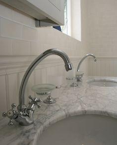 Ett lyxigt badrum med karaktär och vintagekänsla. Golvet täcks av grå marmor och på väggarna kombineras vit träpanel med matt, vitt kakel. Rummet är smakfullt möblerat med ett fristående badkar på silverfärgade tassar och ett lyxigt dubbelhandfat i marmor. Sink, Home Decor, Sink Tops, Vessel Sink, Decoration Home, Room Decor, Vanity Basin, Sinks, Home Interior Design