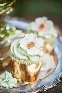 <3 love wedding cupcakes!!