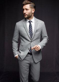Costume gris clair, chemise blanche, cravate bleue à motifs gris #mode #look…