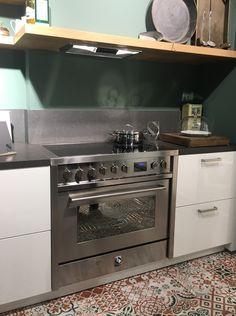 STEEL Enfasi 90cm fornuis in inductie uitvoering. Hier geïntegreerd in de keuken. Corpusmaat fornuis en keuken beiden 78cm hoog.