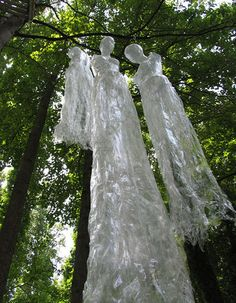 Top 21 Creepy Ideas to Decorate Outdoor Trees for Halloween Halloween Prop, Halloween 2014, Outdoor Halloween, Halloween Ghosts, Holidays Halloween, Halloween Crafts, Happy Halloween, Halloween Decorations, Halloween Rocks