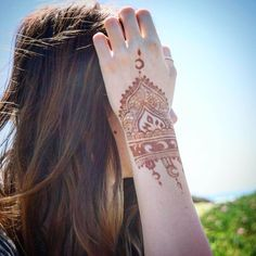 Mehndi Designs will blow up your mind. We show you the latest Bridal, Arabic, Indian Mehandi designs and Henna designs. Stylish Girls Photos, Stylish Girl Pic, Mehendi, Henna Mehndi, Simple Henna Tattoo, Red Henna, Heena Design, Modern Mehndi Designs, Cute Girl Poses