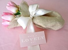 DIY Wedding Flowers: How to arrange flowers for your handmade wedding using diy carnation cones and burlap bouquets with tulips! Cupcakes Saint Valentin, Saint Valentin Diy, Valentines Bricolage, Valentines Diy, Burlap Bouquet, Diy Bouquet, Burlap Ribbon, Burlap Roses, Rustic Bouquet