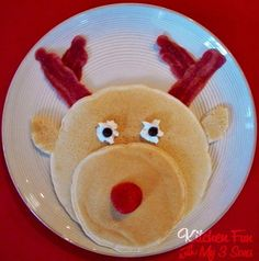 Lots of really cute and easy Christmas breakfast ideas! This gallery of easy Christmas breakfast ideas for kids will add a memorable festive touch to Christmas morning. Everything from snowmen pancakes to reindeer donuts! Christmas Party Food, Christmas Breakfast, Noel Christmas, Primitive Christmas, Christmas Morning, Christmas Goodies, Breakfast For Kids, Christmas Treats, Christmas Baking