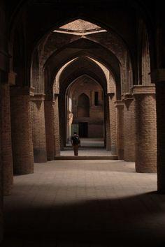 Rues aux abords de la mosquée Masdjid-i Djouma, Ispahan, Iran#Située à mi-chemin entre la mer Caspienne et le golfe Persique, son nom signifie la « moitié du monde ». C'est dans cette ville bleue que toute la splendeur architecturale perse s'exprime le mieux. La grande place, construite au début du 17è sur les ordres de Shah Abbas I, le somptueux palais Ali Qâpou, de l'époque Safavide, la mosquée de Sheikh Lotfollah sont incontournables.#http://urlz.fr/3ghM#voirenvrai.nantes.archi.fr#8,6,24