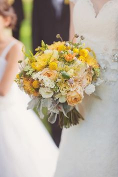 Yellow and peach bouquet by http://www.lovenfreshflowers.com/ | photography by http://www.mariamackphotography.com/