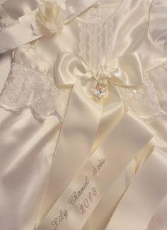 Doprosett med vackert dopbroderi från Grace of Sweden Swedish Design, Christening Gowns, Baby Bows, Boy Outfits, Hand Sewing, Satin, Lace, Sweden, Sleeves
