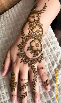 50 Most beautiful Modern Mehndi Design (Modern Henna Design) that you can apply on your Beautiful Hands and Body in daily life. Henna Hand Designs, Henna Flower Designs, Mehndi Designs Finger, Modern Henna Designs, Henna Tattoo Designs Simple, Mehndi Designs For Beginners, Mehndi Designs For Fingers, Latest Mehndi Designs, Arabic Henna Designs