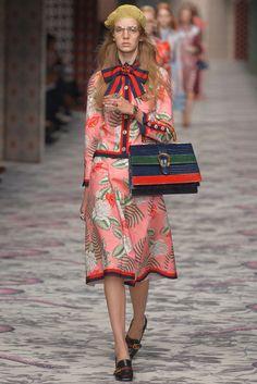 Gucci Spring 2016 Ready-to-Wear Collection Photos - Vogue Gucci Fashion, Vogue Fashion, Fashion News, High Fashion, Fashion Show, Fashion Looks, Fashion Design, Milan Fashion, Fashion Week 2015