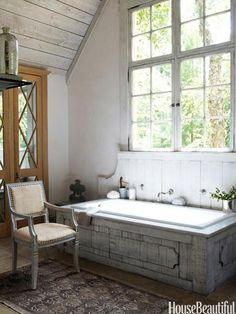 Em sua casa em Atlanta, a designer Jill Brinson deu personalidade ao banheiro com esta banheira Cambridge.