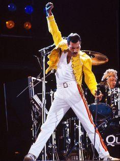 The legend Freddie Mercury always had the best moves R.P Freddie Mercury King Of Queens, Queen Freddie Mercury, Freddie Mercury Last Days, Freddie Mercury Tattoo, Queen Songs, Freedy Mercury, Freddie Mercuri, Look Disco, Rock And Roll History