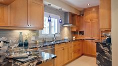 La cuisine est sans doute la pièce la plus coûteuse à rénover. Voici huit idées pour métamorphoser votre cuisine tout en économisant temps et argent.