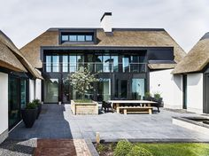 Van Dinther Bouwbedrijf - Modern Thatched Home Garden Architecture, Architecture Details, Bungalow, Different House Styles, Thatched House, Thatched Roof, Dutch House, Farmhouse Renovation, Mansions Homes
