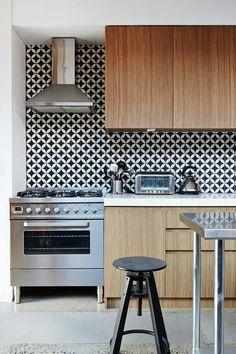 Geometryczna czarno-biała ściana w kuchni // Skandynawska kuchnia // Drewno w kuchni // geometric Kitchen Backsplash Idea // @ http://Lemonize.me - skandynawskie wnętrza