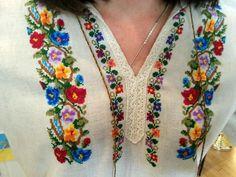 Схема вишиванки барвисті квіточки Embroidery On Kurtis, Folk Embroidery, Ribbon Embroidery, Floral Embroidery, Embroidery Patterns, Cross Stitch Patterns, Beaded Cross Stitch, Cross Stitch Flowers, Chain Stitch