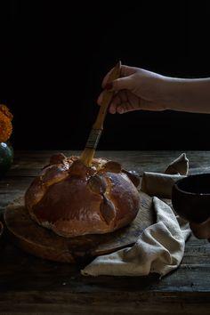 PAN DE MUERTO | RÚSTICA Pizza, Bread, Food, Gold Leaf, Pan De Muerto, Dough Balls, Artisan Bread, Food Recipes, Breads