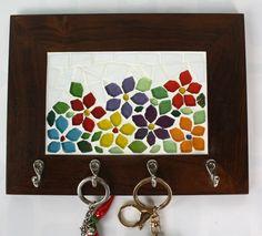 Deixar as chaves sempre organizadas e em único lugar é a melhor forma de não se estressar na hora de sair de casa, não é mesmo? <br>Esse porta chaves em madeira de lei (Imbuia) com quatro ganchos resistentes em mosaico de pastilhas de vidro, além de cumprir esse papel tão importante na nossa organização, enfeita e ilumina qualquer cantinho do nosso lar! <br> São delicadas flores em várias cores, todas recortadas manualmente. Mosaic Tray, Mosaic Wall Art, Mirror Mosaic, Mosaic Glass, Seed Art, Acrylic Tutorials, Candle Holder Decor, Mosaic Flowers, Newspaper Crafts