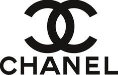 Het logo bestaat uit twee C's die in elkaar haken en ze vormen een soort schakel. Het logo is zwart of wit. De twee C's komen van de naam van de oprichtster Coco Chanel. De schakel (de twee C's) komen terug in de riemen van de wereld beroemde tasjes. Het logo staat altijd op de producten. De zonnebrillen zijn door het logo ook wereldberoemd.  Ik vind het een mooi logo, het is simpel maar toch stijlvol. Wat ik leuk vind is dat je logo altijd ziet terug komen bij alle producten hoe klein ook.