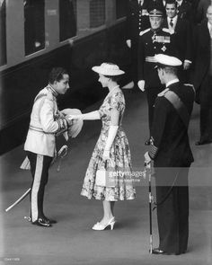 The young Queen of England, ELIZABETH II along with her husband PHILIPPE, Prince of Edimbourg is greeting the young King FAYSAL II of Iraq at Victoria Station . Iraqi Army, Baghdad Iraq, Prince Phillip, Queen Of England, Princess Margaret, Important People, Save The Queen, British Monarchy, Queen Elizabeth Ii