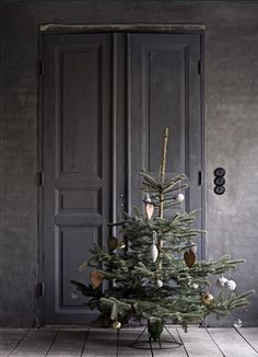 Decorating for Christmas is among the best things about the vacations. The twinkling of lights, the sight of a perfectly cut tree and a perfectly positioned wreath embellishing your front door are all gentle suggestions of the joyous Christmas season. Scandinavian Christmas Trees, Decor Scandinavian, Nordic Christmas, Natural Christmas, Christmas Mood, Noel Christmas, Green Christmas, Cabin Christmas, Christmas Lights