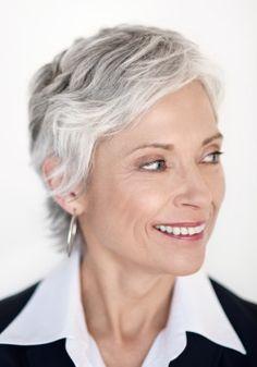 Coupe courte femme cheveu gris