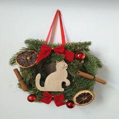 Der Türkranz besteht aus einem Styroporring, welcher mit künstlichen Tannenzweigen, einer Holzkatze (Merkmale der Katze sind eingebrannt), Dekoelementen verziehrt wurde. Der Türkranz wird von einem farbigen Satinband gehalten. Christmas Ornaments, Holiday Decor, Diy, Home Decor, I Love Cats, Decoration Home, Bricolage, Room Decor, Christmas Jewelry