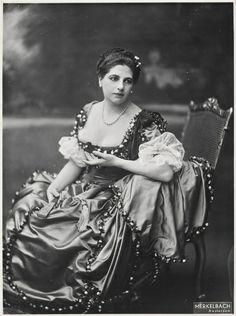 Mata Hari Margaretha Geertruida Zelle by Fotostudio Merkelbach 1915