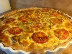 Lækker løgtærte - Madfilosofie Savory Tart, Pepperoni, Food Hacks, Vegetable Pizza, Quiche, Buffet, Brunch, Food And Drink, Snacks