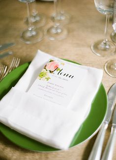 floral menu with green china | Katie Stoops #wedding