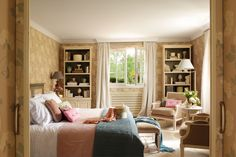 Dormitorio con papel pintado, estanterías, butacas y lámpara de pie 00345033