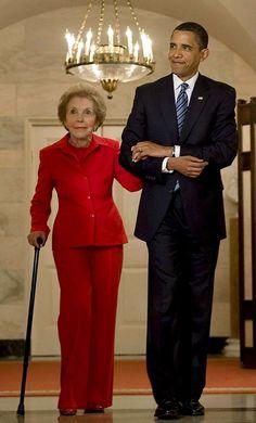 Yhdysvaltain nykyinen presidentti Barack Obama saattoi Nancy Reagania Valkoisessa talossa 2.6.2009.