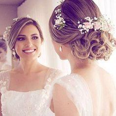 Arranjos em flores naturais estão cada vez mais em alta! Perfume e romantismo pra todo lado! ❤ Esse da foto é da artista querida @galliosartefloral. Mais detalhes no Guia de Fornecedores do B&L. #dreamteamberriesandlove #headpiece #noiva #bridetobe #blogdenoivas