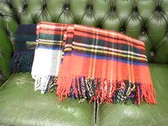 分厚い、頑強なウール生地を使用した大判ストール。織り目がはっきりとわかる位に太い糸で織った生地は存在感抜群。軽く肩に掛けるだけでも十分な程保温性が高いアイテム。/チェック柄ストール(TWEED MILL)¥6,825- /86 eighty-six TEL:076-223-4129/Tatemachi Christmas Collection