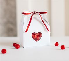 Valentine's Day Heart Gable Boxes by The TomKat Studio. Make It Now with the Cricut Explore machine in Cricut Design Space.