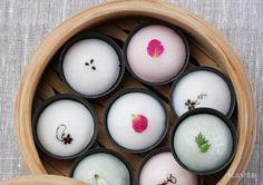 발효시켜 만들어 소화가 잘되는 증편, 증편은 막걸리로 발효하여 만든 떡 인데요, 발효 과정을 거치기 때문에 소화가 잘되고 스펀지 케이크 같은 질감이 있어 씹는 맛도 아주 좋은... Korean Rice Cake, Korean Sweets, Korean Dessert, Korean Food, Asian Desserts, Asian Recipes, Real Food Recipes, Korea Cake, Around The World Food