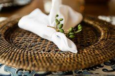 Casamento na praia: sousplats de rattan e porta-guardanapo de sementes