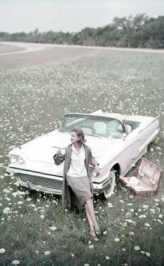 Campo florecido a bordo de un Thunderbird blanco descapotable  Fotos antiguas del archivo Vogue