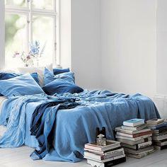 """""""Blått är ju bara så flottHärlig bild från @kardelenhome Önskar er alla en underbar start på veckan! #kardelenhome #sovrum #bedroom"""""""